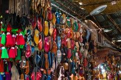 Ζωηρόχρωμες μαροκινές χειροποίητες παντόφλες στοκ εικόνες