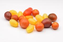 Ζωηρόχρωμες μικροσκοπικές ντομάτες στο άσπρο υπόβαθρο Στοκ εικόνες με δικαίωμα ελεύθερης χρήσης