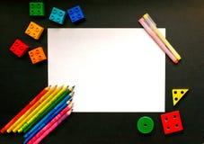 Ζωηρόχρωμες μολύβια και λεπτομέρειες σχεδιαστών στο σχολικό πίνακα στοκ εικόνες