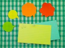Ζωηρόχρωμες μπαλόνια και σημειώσεις (πράσινο υπόβαθρο υφάσματος) στοκ φωτογραφίες