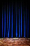 Ζωηρόχρωμες μπλε σκηνικές κουρτίνες και κεραμωμένο πάτωμα Στοκ Εικόνες