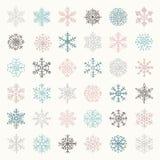 Ζωηρόχρωμες νιφάδες Doodles χειμερινού χιονιού επίσης corel σύρετε το διάνυσμα απεικόνισης ελεύθερη απεικόνιση δικαιώματος