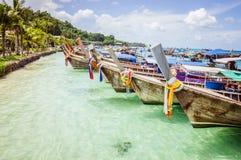 Ζωηρόχρωμες ξύλινες βάρκες κοντά στη γραμμή ακτών στην Ταϊλάνδη Στοκ Εικόνα
