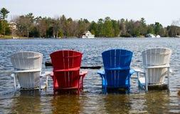 Ζωηρόχρωμες ξύλινες καρέκλες σε μια λίμνη στοκ φωτογραφίες με δικαίωμα ελεύθερης χρήσης
