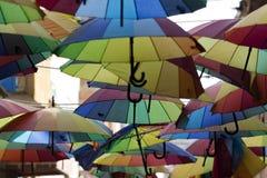 Ζωηρόχρωμες ομπρέλες στην οδό στοκ φωτογραφία