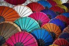 Ζωηρόχρωμες ομπρέλες στην παραδοσιακή αγορά νύχτας στοκ εικόνα με δικαίωμα ελεύθερης χρήσης