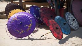 Ζωηρόχρωμες ομπρέλες στην παραδοσιακή αγορά οδών στο Μιανμάρ στοκ εικόνα με δικαίωμα ελεύθερης χρήσης