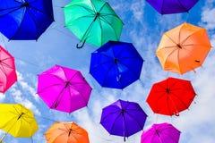 Ζωηρόχρωμες ομπρέλες στο μπλε ουρανό στοκ εικόνα
