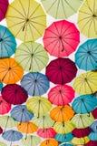 Ζωηρόχρωμες ομπρέλες στο υπόβαθρο ουρανού Στοκ Εικόνες