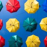 Ζωηρόχρωμες ομπρέλες ενάντια στον ουρανό Στοκ εικόνα με δικαίωμα ελεύθερης χρήσης