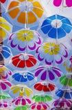 Ζωηρόχρωμες ομπρέλες στον ουρανό Στοκ εικόνες με δικαίωμα ελεύθερης χρήσης