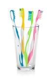 Ζωηρόχρωμες οδοντόβουρτσες στο γυαλί Στοκ Εικόνα