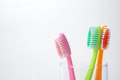 Ζωηρόχρωμες οδοντόβουρτσες στο γυαλί Στοκ εικόνα με δικαίωμα ελεύθερης χρήσης