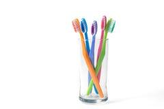 Ζωηρόχρωμες οδοντόβουρτσες στο γυαλί Στοκ Εικόνες