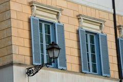 Ζωηρόχρωμες παράθυρα και πρόσοψη με έναν λαμπτήρα οδών Στοκ φωτογραφία με δικαίωμα ελεύθερης χρήσης