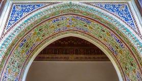 Ζωηρόχρωμες περίκομψες γλυπτικές ασβεστοκονιάματος arabesque επάνω από μια αψίδα στο Μ στοκ εικόνες