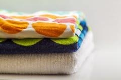 Ζωηρόχρωμες πετσέτες λουτρών βαμβακιού στο άσπρο υπόβαθρο Στοκ εικόνες με δικαίωμα ελεύθερης χρήσης