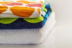 Ζωηρόχρωμες πετσέτες λουτρών βαμβακιού στο άσπρο υπόβαθρο Στοκ Εικόνες