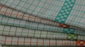 Ζωηρόχρωμες πετσέτες πιάτων στον ξύλινο πίνακα απόθεμα βίντεο