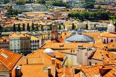 Ζωηρόχρωμες προσόψεις και στέγες των σπιτιών στο Πόρτο, Πορτογαλία Στοκ Εικόνες