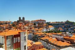 Ζωηρόχρωμες προσόψεις και στέγες των σπιτιών του Πόρτο, Πορτογαλία Στοκ Εικόνες