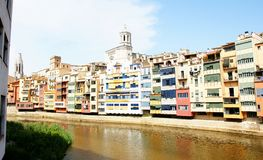 Ζωηρόχρωμες προσόψεις στον ποταμό Onyar, Girona Στοκ φωτογραφία με δικαίωμα ελεύθερης χρήσης