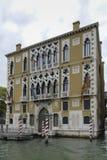 Ζωηρόχρωμες προσόψεις των παλαιών μεσαιωνικών και ιστορικών σπιτιών κατά μήκος του μεγάλου καναλιού στη Βενετία, Ιταλία Η Βενετία Στοκ Εικόνα