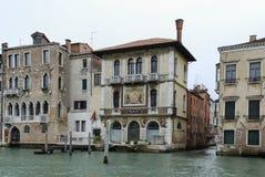 Ζωηρόχρωμες προσόψεις των παλαιών μεσαιωνικών και ιστορικών σπιτιών κατά μήκος του μεγάλου καναλιού στη Βενετία, Ιταλία Η Βενετία Στοκ εικόνα με δικαίωμα ελεύθερης χρήσης