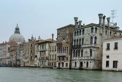 Ζωηρόχρωμες προσόψεις των παλαιών μεσαιωνικών και ιστορικών σπιτιών κατά μήκος του μεγάλου καναλιού στη Βενετία, Ιταλία Η Βενετία Στοκ φωτογραφίες με δικαίωμα ελεύθερης χρήσης