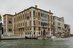 Ζωηρόχρωμες προσόψεις των παλαιών μεσαιωνικών και ιστορικών σπιτιών κατά μήκος του μεγάλου καναλιού στη Βενετία, Ιταλία Η Βενετία Στοκ εικόνες με δικαίωμα ελεύθερης χρήσης