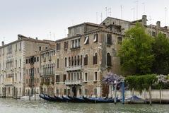 Ζωηρόχρωμες προσόψεις των παλαιών μεσαιωνικών και ιστορικών σπιτιών κατά μήκος του μεγάλου καναλιού στη Βενετία, Ιταλία Η Βενετία Στοκ Φωτογραφία