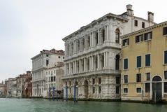 Ζωηρόχρωμες προσόψεις των παλαιών μεσαιωνικών και ιστορικών σπιτιών κατά μήκος του μεγάλου καναλιού στη Βενετία, Ιταλία Η Βενετία Στοκ φωτογραφία με δικαίωμα ελεύθερης χρήσης