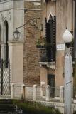 Ζωηρόχρωμες προσόψεις των παλαιών μεσαιωνικών και ιστορικών σπιτιών κατά μήκος του μεγάλου καναλιού στη Βενετία, Ιταλία Η Βενετία Στοκ Εικόνες
