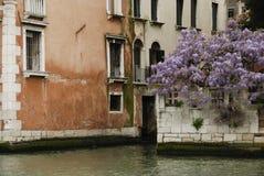 Ζωηρόχρωμες προσόψεις των παλαιών μεσαιωνικών και ιστορικών σπιτιών κατά μήκος του μεγάλου καναλιού στη Βενετία, Ιταλία Η Βενετία Στοκ Φωτογραφίες