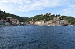 Ζωηρόχρωμες προσόψεις Portofino των σπιτιών στη θάλασσα Στοκ Εικόνα