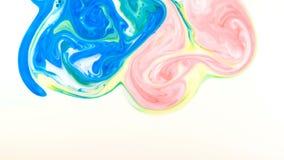 Ζωηρόχρωμες πτώσεις χρωμάτων που αναμιγνύουν στο γάλα Υγρά ζωηρόχρωμα σχέδια χρωμάτων της κίνησης της επιφάνειας απόθεμα βίντεο