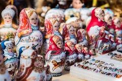 Ζωηρόχρωμες ρωσικές να τοποθετηθεί κούκλες στην αγορά στη Μόσχα στοκ φωτογραφία