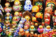 Ζωηρόχρωμες ρωσικές να τοποθετηθεί κούκλες Matreshka Στοκ φωτογραφία με δικαίωμα ελεύθερης χρήσης