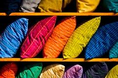 Ζωηρόχρωμες σειρές των κατασκευασμένων μαξιλαριών υφασμάτων Στοκ φωτογραφία με δικαίωμα ελεύθερης χρήσης