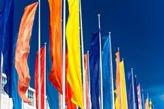 Ζωηρόχρωμες σημαίες ενάντια στο μπλε ουρανό Στοκ Εικόνες