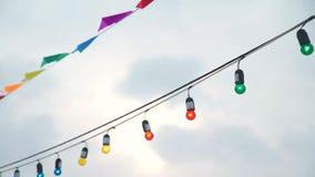 Ζωηρόχρωμες σημαίες και γιρλάντα των λαμπών φωτός απόθεμα βίντεο