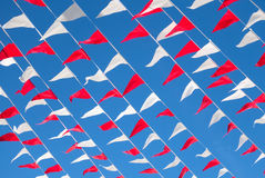 Ζωηρόχρωμες σημαίες κόκκινες και άσπρες στο μπλε ουρανό Στοκ εικόνα με δικαίωμα ελεύθερης χρήσης