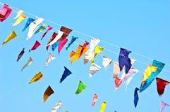 Ζωηρόχρωμες σημαίες υφάσματος στο μπλε ουρανό Στοκ εικόνες με δικαίωμα ελεύθερης χρήσης