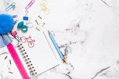 Ζωηρόχρωμες σημειώσεις γραφείων για την πολυ χρωματισμένη επιτραπέζια κορυφή Στοκ Εικόνες