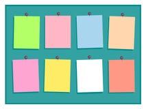 Ζωηρόχρωμες σημειώσεις εγγράφου με τις καρφίτσες στο πράσινο υπόβαθρο διανυσματική απεικόνιση