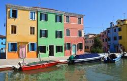 Ζωηρόχρωμες σπίτια και βάρκες του νησιού Burano Βενετία Ιταλία Στοκ φωτογραφίες με δικαίωμα ελεύθερης χρήσης