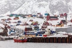Ζωηρόχρωμες σπίτια και εκκλησία στο λόφο, πανόραμα φ πόλεων Sisimiut Στοκ εικόνες με δικαίωμα ελεύθερης χρήσης