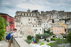 Ζωηρόχρωμες σπίτια και οδοί στο παλαιό μεσαιωνικό χωριό Ραγκούσα στη Σικελία, Ιταλία στοκ φωτογραφία με δικαίωμα ελεύθερης χρήσης