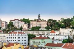 Ζωηρόχρωμες σπίτια και στέγες στην πόλη της Λισσαβώνας Στοκ φωτογραφία με δικαίωμα ελεύθερης χρήσης