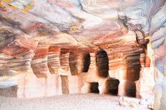 Ζωηρόχρωμες σπηλιές στην αρχαία πόλη του PETRA, Jord Στοκ Εικόνες